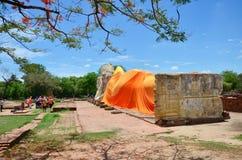Leute kommen zu Wat Lokayasutharam Temple für Reise und beten stützenden Buddha Lizenzfreie Stockfotografie