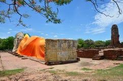 Leute kommen zu Wat Lokayasutharam Temple für Reise und beten stützenden Buddha Lizenzfreies Stockbild