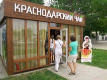 Leute kommen zum Pavillon für den Verkauf des Krasnodar-Tees Lizenzfreie Stockbilder