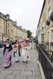 Leute kostümiert in den Straßen des Bades für das Jane Austen-Festival Stockbild