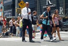 Leute kreuzen die Straße in New York City Stockbild