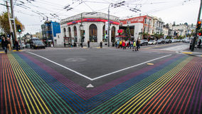 Leute kreuzen am Regenbogenschnitt in Castro District Stockfotos