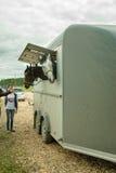 Leute laden Pferde in Packwagen für Transport Lizenzfreies Stockbild