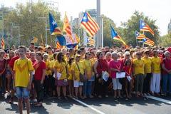 Leute laufen auf Barcelona zusammen, um sich einem Sammlung fordernden independe anzuschließen Stockfotos