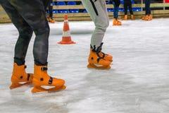 Leute laufen auf die Eisbahn eis stockfotos