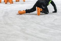 Leute laufen auf die Eisbahn eis lizenzfreie stockfotos