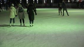 Leute laufen auf die Weihnachtseisbahn eis stock video