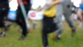 Leute laufen in den Wettbewerb stock video