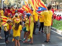 Leute laufen am Nationaltag von Katalonien zusammen Lizenzfreie Stockfotos