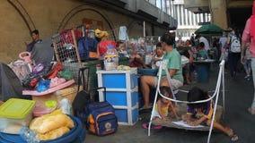 Leute leben auf der Straße, die von den Gemüseverkäufern besetzt wird stock video