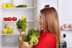 Leute, Lebensstil und Konzept der gesunden Ernährung Schoss seitlich von der entzückenden Frau hält Papierkasten mit Dill und Kop stockfoto