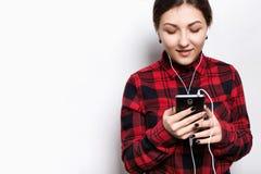 Leute, Lebensstil und Technologiekonzept Porträt von attraktiven weiblichen tragenden Kopfhörern Recht lächelndes Jugend-gir trag lizenzfreie stockfotos