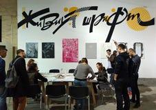 Leute lernen Kalligraphie auf dem Stand der Kalligraphie an der Buchausstellung im Arsenal, Kiew Lizenzfreie Stockfotografie