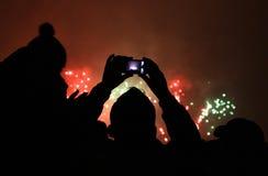 Leute machen Fotos der Feuerwerke Stockfotografie
