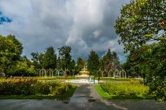 Leute machen Fotos durch den Brunnen im Rosenbeetgarten von Moskau gehen Lizenzfreie Stockfotografie