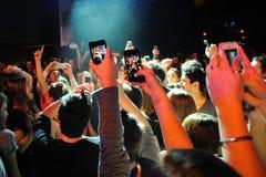 Leute machen Fotos mit ihren Smartphones am Bikini-Club Lizenzfreie Stockfotografie