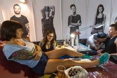 Leute machen Tätowierungen an der 10. internationalen Tätowierungs-Vereinbarung in der Kongress-AUSSTELLUNG Mitte Stockfotos