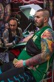 Leute machen Tätowierungen an der 10. internationalen Tätowierungs-Vereinbarung in der Kongress-AUSSTELLUNG Mitte Lizenzfreie Stockfotos