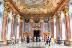 Leute in Marmor-Hall von Melk-Abtei, Österreich Lizenzfreie Stockfotografie
