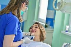 Leute-, Medizin-, Stomatologie- und Gesundheitswesenkonzept - glücklicher weiblicher Zahnarzt, der geduldige Mädchenzähne überprü lizenzfreie stockfotos