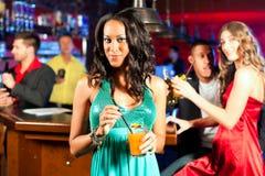 Leute mit Cocktails im Stab oder im Klumpen Lizenzfreie Stockbilder
