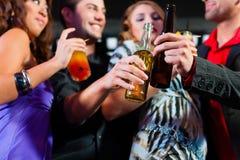 Leute mit Cocktails im Stab oder im Klumpen Lizenzfreie Stockfotos