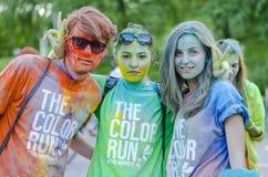Leute mit farbigem Pulver an der Farbe lassen Bukarest laufen lizenzfreie stockfotos