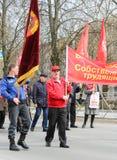 Leute mit Flaggen an der Mai-Demonstration Stockfotografie