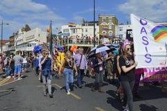 Leute mit Flaggen und Fahnen schließen sich die bunte Margate-Schwulenparade an Stockfoto
