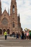 Leute mit Flaggen während der Demonstration gegen Monsanto und das transatlantique behandelten FO Lizenzfreies Stockbild
