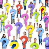 Leute mit Fragezeichen Lizenzfreie Stockfotos