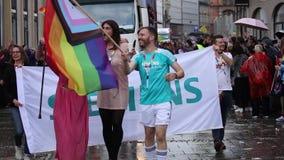 2019: Leute mit Kostümen und Fahnen, die an dem Schwulenparade-alias Christopher Street Day CSD in München teilnehmen stock footage