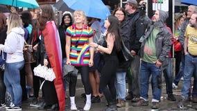 2019: Leute mit Kostümen und Fahnen, die an dem Schwulenparade-alias Christopher Street Day CSD in München teilnehmen stock video