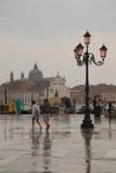 Leute mit Regenschirmen auf der Ufergegend in Venedig Lizenzfreies Stockfoto