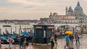 Leute mit Regenschirmen auf der Ufergegend in Venedig Stockfotografie