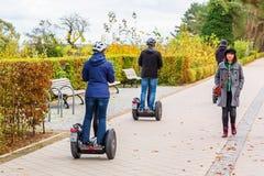 Leute mit Segway auf einer Promenade von Bansin, Usedom, Deutschland lizenzfreie stockfotos