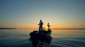Leute mit Stangen auf einem Boot, Abschluss oben stock video