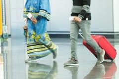 Leute mit Taschen und Koffer im Flughafen Stockbilder