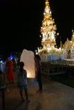 Leute mit Thailand-traditioneller Papierlaterne nachts Lizenzfreies Stockbild