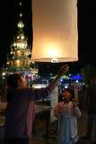 Leute mit Thailand-traditioneller Papierlaterne nachts Lizenzfreie Stockfotografie
