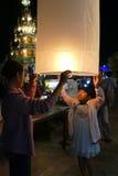 Leute mit Thailand-traditioneller Papierlaterne nachts Lizenzfreies Stockfoto