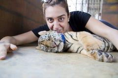 Leute mit Tigertempel lizenzfreie stockbilder