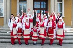 Leute mit traditionellen Kostümen der Region feiern Ostern Stockfoto