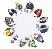 Leute mit verschiedenen Besetzungen in einer Konferenz Stockbild