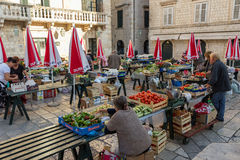 Leute am Morgenmarkt in Dubrovnik Stockfoto