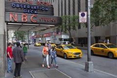 Leute nähern sich Eingang des NBC-Regenbogenraumes in New York City lizenzfreies stockbild