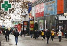 Leute nähern sich Einkaufszentrum Stockbilder