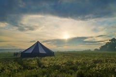 Leute nähern sich großem Zelt Stockfotos