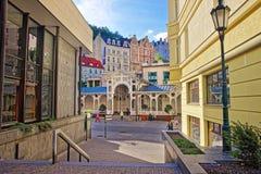 Leute nähern sich Markt-Kolonnade Tschechischer Republik Karlovy Varys lizenzfreie stockfotos