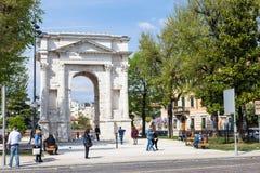 Leute nahe ACRO-dei Gavi in Verona-Stadt im Frühjahr Lizenzfreies Stockbild